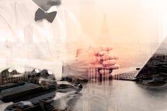 Двойная экспозиция контекста правосудия и закона Мужская работа руки юриста Стоковое фото RF