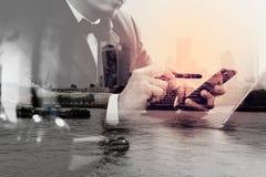 Двойная экспозиция контекста правосудия и закона Мужская работа руки юриста Стоковое Изображение RF