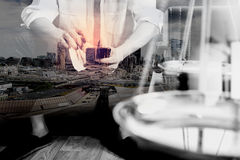 Двойная экспозиция контекста правосудия и закона Мужское sitt руки юриста Стоковые Фотографии RF