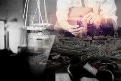 Двойная экспозиция контекста правосудия и закона Мужское sitt руки юриста Стоковые Фото