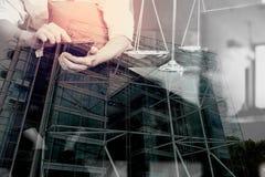 Двойная экспозиция контекста правосудия и закона Мужское sitt руки юриста Стоковая Фотография