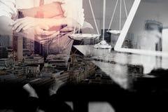 Двойная экспозиция контекста правосудия и закона Мужское sitt руки юриста Стоковое фото RF
