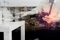 Двойная экспозиция контекста правосудия и закона Мужское sitt руки юриста Стоковое Фото