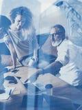 Двойная экспозиция концепции Команда сотрудников делая большое обсуждение работы в современном офисе Бизнесмены работая процесс стоковая фотография rf