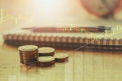 двойная экспозиция монеток штабелирует и диаграмма для кренить и финансов Стоковые Фото