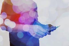 Двойная экспозиция руки бизнесмена используя планшет с c стоковое изображение