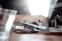 Двойная экспозиция руки бизнесмена работая на портативном компьютере Стоковое Изображение RF