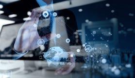 Двойная экспозиция руки бизнесмена работая с компьютером Стоковое Изображение