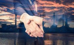 Двойная экспозиция рукопожатия и рафинадного завода Стоковые Фотографии RF