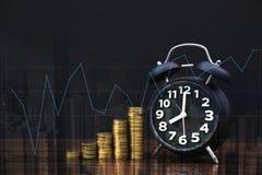 Двойная экспозиция стогов и будильника монеток на backgrou города Стоковое фото RF
