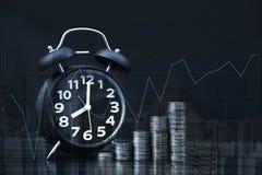 Двойная экспозиция стогов и будильника монеток на backgrou города Стоковые Изображения RF