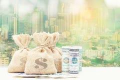 Двойная экспозиция сумки денег с банкнотой на естественной задней части зеленого цвета стоковые изображения