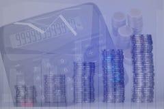 Двойная экспозиция увеличивая столбцов монеток, куч монеток a Стоковое Изображение