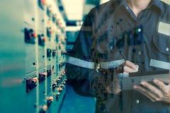 Двойная экспозиция человека инженера или техника работая с tabl Стоковое Фото