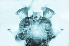 Двойная экспозиция человека инженера или техника с шлемом безопасности стоковые фото