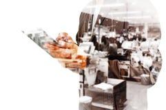 Двойная экспозиция Busienssman с супермаркетом таблетки и нерезкости Стоковая Фотография RF