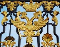 Двойник золота возглавил орла на стробах Стоковые Изображения RF