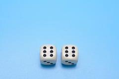 Двойник 6 2 костей на голубой предпосылке Открытый космос для текста Стоковое Изображение