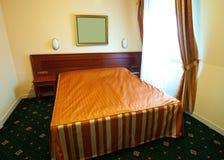 двойник спальни кровати стоковое фото