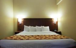 двойник спальни кровати стоковые изображения