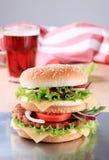 двойник cheeseburger стоковое фото