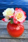 Двойное наслаждение Роза удвоенное в красной вазе стоковое фото