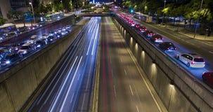 Двойное Cinemagraph сцены ночи городского движения Промежуток времени - влияние следа - долгая выдержка - 4K (01) видеоматериал