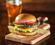 Двойной бургер сыра с пивом стоковое изображение rf