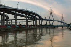 Двойной висячий мост пересекая реку города Бангкока Стоковые Изображения