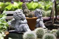 Двойной купидон в саде Стоковая Фотография RF