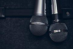 Двойной микрофон 2 для дуэта вокалистов певиц стоковое фото rf