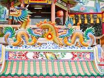 Двойной дракон фарфора и большой цвет золота статуи дракона на крыше Стоковая Фотография RF