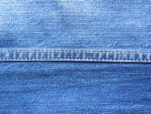 Двойной сложенный шов на голубых джинсах стоковое изображение rf