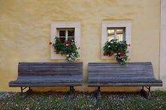 Двойной стенд с коробками цветка окна стоковое изображение