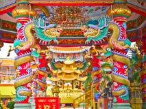 Двойной цвет золота дракона фарфора под павильоном восьмиугольника Стоковые Фотографии RF