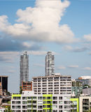 Двойные башни кондо за зеленой квартирой Стоковые Фото