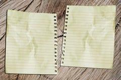 Двойные бумаги на blackground кожи дерева Стоковое фото RF