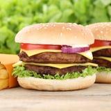 Двойные гамбургер и фраи cheeseburger Стоковое Изображение