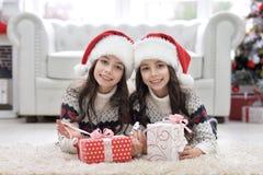 Двойные девушки с настоящими моментами Стоковые Фотографии RF