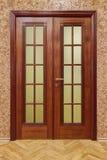 Двойные деревянные двери с обоями и настилом пробочки Стоковое Изображение RF