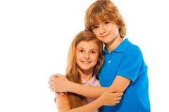 Двойные отпрыски мальчик и девушка на белом портрете Стоковое Изображение
