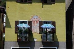 Двойные парасоли на balconys стоковое фото