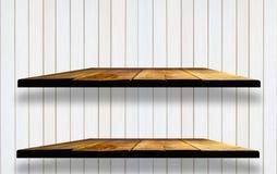 Двойные пустые деревянные полки на деревянной стене Стоковые Изображения