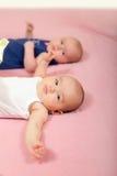 Двойные ребёнки лежа дальше назад Стоковые Изображения