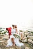 Двойные сестры в платье свадьбы на seashore стоковое изображение rf
