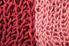 Двойные шерсти сочетания цветов, бургундского и розовых вязать текстурируют предпосылку Стоковое Изображение RF