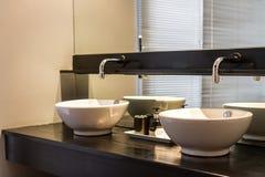 Двойные washbasins в ванной комнате Стоковые Фотографии RF