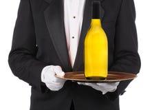 Дворецкий с бутылкой вина на подносе стоковое фото rf