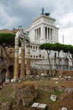 Дворец Виктора Emmanuel на предпосылке римского форума, Стоковая Фотография
