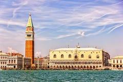 Дворец дожа, колокольня, национальная библиотека St Mark, в Венеции, взгляд от канала стоковое фото rf